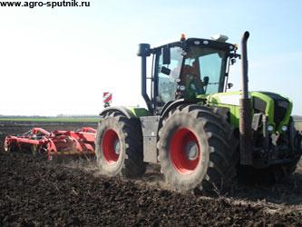 новая сельхозтехника в поле